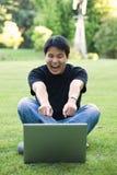 lycklig deltagare för asiatisk högskola Royaltyfria Bilder
