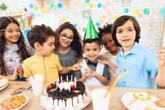 lycklig deltagare för födelsedag Små barn på födelsedagberömmar miniaturen för mannen för holdingen för datumet för begreppet för royaltyfria foton