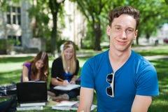 lycklig deltagare för högskola royaltyfri foto