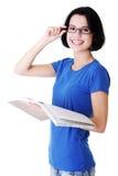 Lycklig deltagarekvinna med anteckningsböcker Arkivbilder