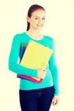 Lycklig deltagarekvinna med anteckningsböcker Royaltyfria Foton