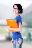 Lycklig deltagarekvinna med anteckningsböcker Arkivfoto