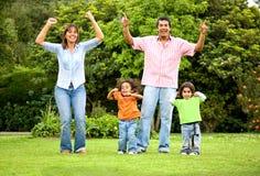 lycklig det friastående för familj Arkivbilder