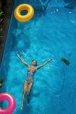 lycklig din feriesommar för familj Kvinna som tycker om semestern som svävar i simbassäng Arkivbild