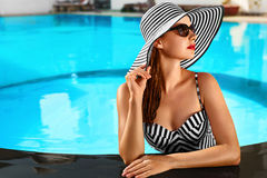 lycklig din feriesommar för familj Loppsemester Härlig kvinna på att simma Po arkivbild