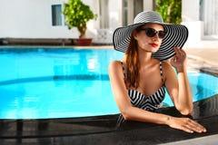 lycklig din feriesommar för familj Loppsemester Härlig kvinna på att simma Po royaltyfria foton