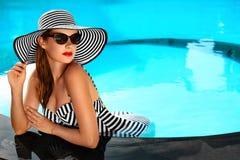 lycklig din feriesommar för familj Loppsemester Härlig kvinna på att simma Po royaltyfri foto