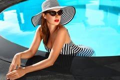 lycklig din feriesommar för familj Loppsemester Härlig kvinna på att simma Po fotografering för bildbyråer