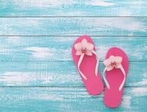 lycklig din feriesommar för familj Strandkläder på träbakgrund arkivbild