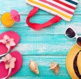 lycklig din feriesommar för familj Strandkläder på träbakgrund royaltyfri foto