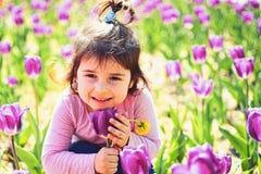lycklig din feriesommar f?r familj Liten flicka i solig v?r litet barn naturlig sk?nhet Barns dag Framsidaskincare allergi till royaltyfria foton
