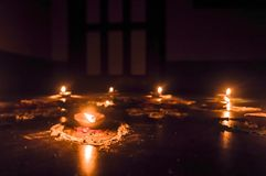 lycklig diwali Diya Oil Lamps i DIPAWALI-ber?m som dekoreras ?ver handgjorda Rangoli arkivfoton