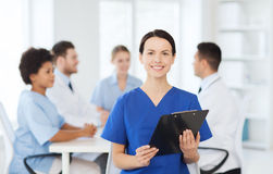 Lycklig doktor över gruppen av läkare på sjukhuset Royaltyfri Fotografi
