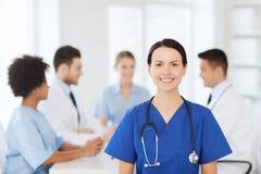 Lycklig doktor över gruppen av läkare på sjukhuset Royaltyfri Bild