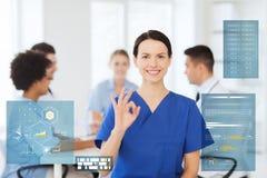 Lycklig doktor på sjukhuset som ok visar handtecknet Arkivfoto