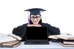 Lycklig doktorand med copyspace på bärbara datorn Arkivfoton