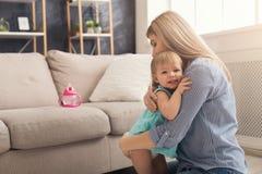 lycklig dotter henne leka för moder royaltyfria foton