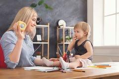 lycklig dotter henne leka för moder royaltyfri bild