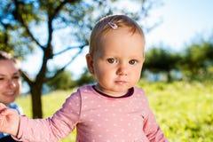lycklig dotter henne moder Arkivfoto