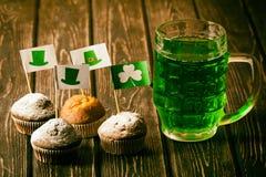 Lycklig drink för gräsplan för dag för St Patrick ` s Arkivfoton