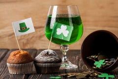 Lycklig drink för gräsplan för dag för St Patrick ` s Arkivfoto