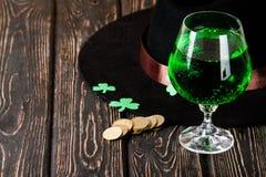 Lycklig drink för gräsplan för dag för St Patrick ` s Royaltyfria Bilder