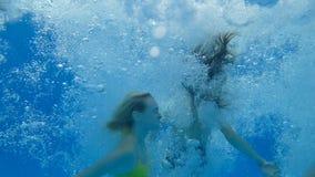Lycklig dykning, grupp av flickvänner på sommarterrassspring och banhoppning i blå simbassäng i ultrarapid stock video