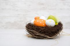 Lycklig easter garnering Ägg i redet Arkivbild