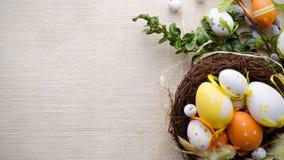 Lycklig easter garneringbakgrund, ägg i redet Arkivbilder
