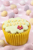 Lycklig easter muffin med en blomma Royaltyfria Foton