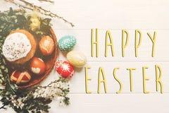 Lycklig easter text på stilfulla easter ägg och easter bröd bakar ihop a Royaltyfri Foto