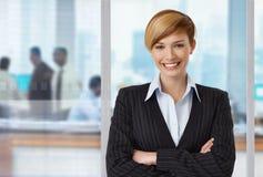 Lycklig elegant affärskvinna på kontoret Arkivbilder
