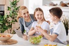 Lycklig en förälderfamilj som vilar i köket royaltyfria foton