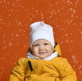 lycklig en syster för broderbarnkläder som ler vinter två Ungar i ner klår upp Lycklig pojkemodell fotografering för bildbyråer