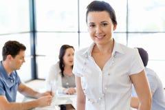 Lycklig entreprenör eller freelancer i ett kontor eller ett hem arkivbild