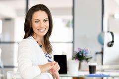 Lycklig entreprenör eller freelancer i ett kontor eller ett hem fotografering för bildbyråer