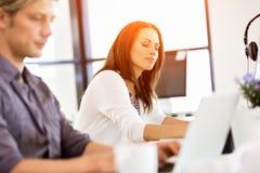 Lycklig entreprenör eller freelancer i ett kontor eller ett hem royaltyfria foton