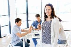 Lycklig entreprenör eller freelancer i ett kontor eller ett hem arkivfoton