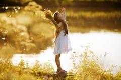 Lycklig entusiastisk flicka med Arkivfoton