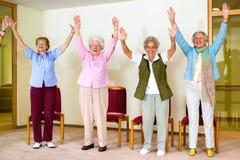 Lycklig entusiastisk grupp av höga kvinnor fotografering för bildbyråer