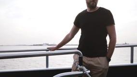 Lycklig europeisk lyckad affärsman som shoppar direktanslutet genom att använda smartphonen på en privat ultrarapid för tur för f stock video