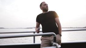 Lycklig europeisk manlig handelsresande som gör en video användande smartphone på en privat fritid för fartygaftonsolnedgång att  stock video