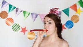 lycklig födelsedag Dekor för beröm Den roliga flickan ler och blåsa partihorn lyckligt ståendekvinnabarn stock video