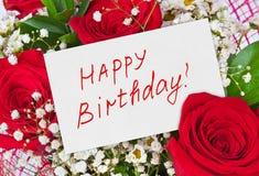 Lycklig födelsedag för för rosbukett och kort Arkivfoto