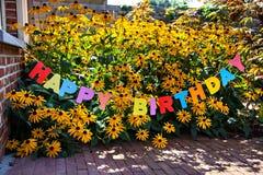 Lycklig födelsedag för ord på blommabakgrund Fotografering för Bildbyråer