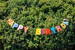 Lycklig födelsedag för ord som förläggas på trädet Arkivfoton