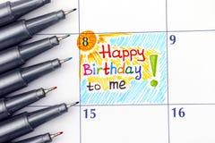 Lycklig födelsedag för påminnelse till mig i kalender med pennor Royaltyfria Bilder