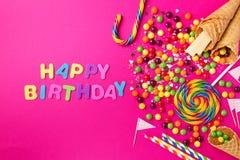 Lycklig födelsedag för smaklig aptitretande partitillbehör på ljusa rosa färger Fotografering för Bildbyråer