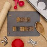 Lycklig födelsedag - förbereda sig att göra en födelsedagkaka royaltyfria foton