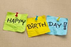 Lycklig födelsedag på klibbiga anmärkningar arkivbilder